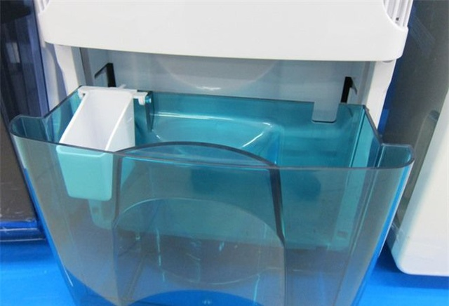 Bình chứa nước của máy hút ẩm có thể tháo rời dễ dàng