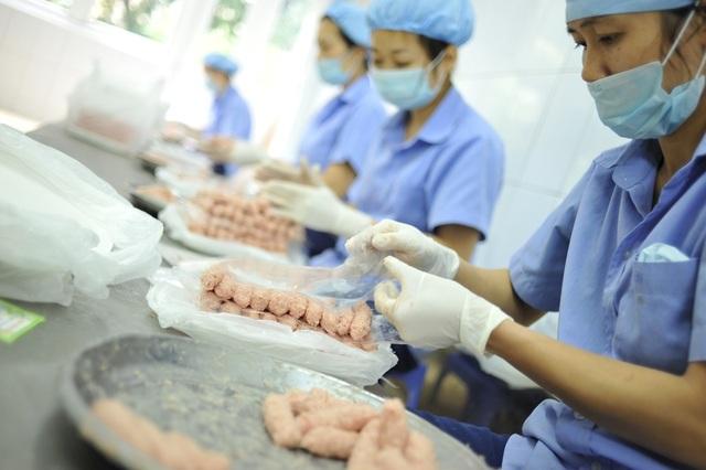Công nhân làm việc thủ công để cho ra những sản phẩm nem chua rán thơm ngon.
