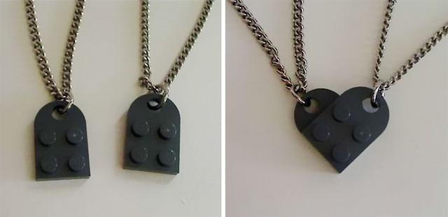Sử dụng 2 mảnh LEGO để kết hợp thành dây chuyền tình yêu hình trái tim.