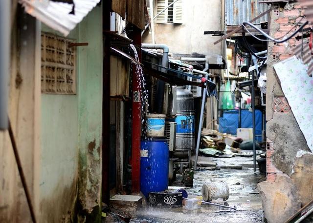 Nước thải sinh hoạt của hàng nghìn hộ gia đình xả ra mặt đường.