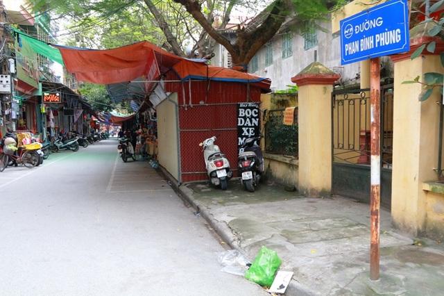 Vỉa hè dành cho người đi bộ bị chiếm hoàn toàn do phường dựng ki ốt cho thuê bán hàng.