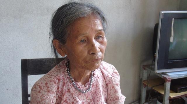 Bà Hồ Thị Vân buồn bã khi chứng kiến cảnh con trai mình bị tai nạn nằm viện.