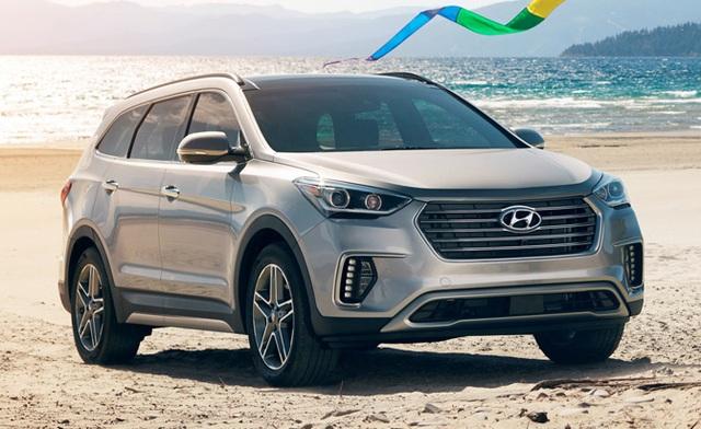 Hyundai Santa Fe 2017 được cả 2 tổ chức bao gồm IIHS và NHTSA đánh giá cao về độ an toàn. Đây cũng là một trong những đại diện ưu tú nhất của Huyndai. Mẫu xe này có 2 lựa chọn động cơ là 2.4L công suất 185 mã lực (phiên bản 5 chỗ) và V6 3.3L công suất 290 mã lực (phiên bản 7 chỗ). Tất cả đều trang bị hộp số tự động 6 cấp (không có số sàn) và hệ dẫn động 4 bánh toàn thời gian.