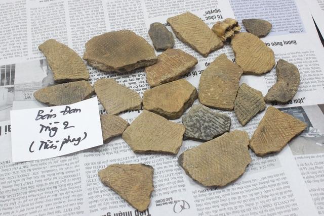 Mảnh gốm có hoa văn.