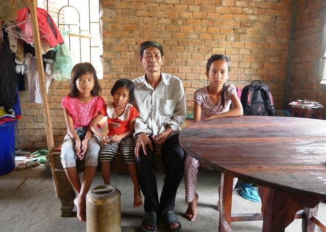 Do cuộc sống túng thiếu, không đủ ăn... nên ba chị em Ngà ốm tong teo...