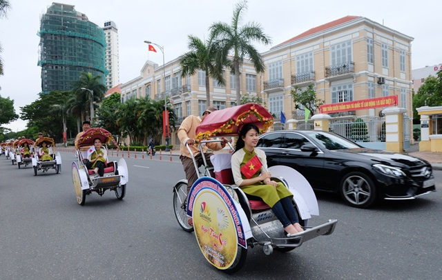 Đoàn xích lô du lịch đồng hành cùng du khách đến Đà Nẵng trong dịp lễ 30/4-1/5 và quảng bá lễ hội pháo hoa quốc tế Đà Nẵng 2017