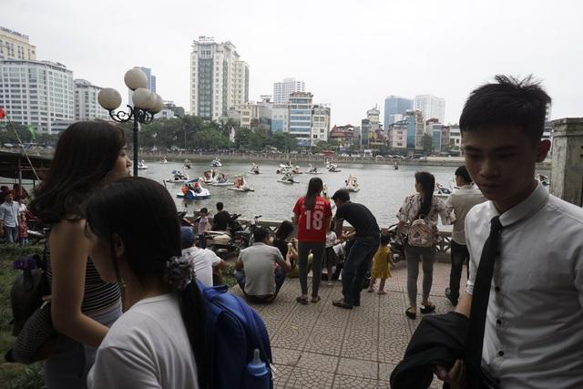 Các loại xe đạp nước hoạt động hết công suất trên hồ Thủ Lệ, khách muốn đi phải chờ người trả xe đạp nước mới có chỗ.