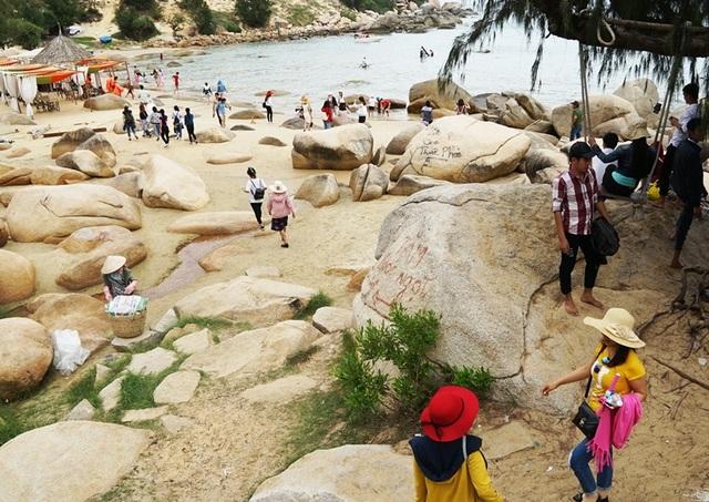 Thắng cảnh biển Trung Lương (xã Cát Tiến - huyện Phù Cát) là điểm đến không kém phần hấp dẫn du khách bởi bãi biển đẹp và nước biển trong xanh