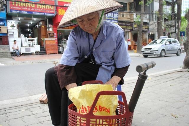 Cụ Vân để đồ nghề trong muốn chiếc làn nhựa để tiện việc di chuyển. (Ảnh: Hà Trang)