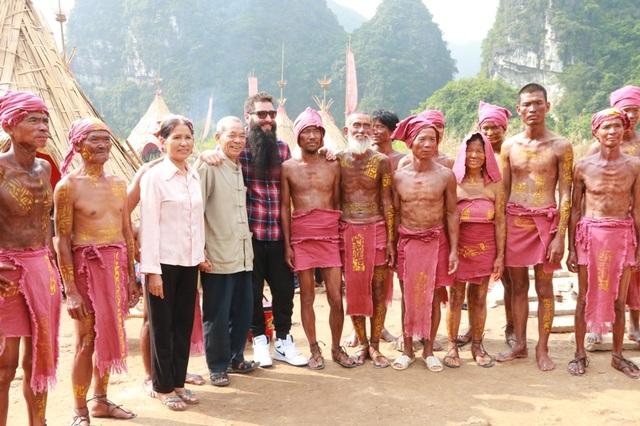 Đại sứ chụp ảnh cùng ông Lâm và các thổ dân, đây đều là những người từng đóng vai thổ dân trong phim Kong: Đảo đầu lâu.