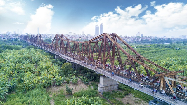 Đoạn qua sông của cầu Long Biên dài 2.290m, phần đường dẫn dài 896m, gồm 19 nhịp dầm thép đặt trên 20 trụ cao hơn 40 m (kể cả móng), đường dẫn xây bằng đá. Cầu có đường sắt đơn ở giữa.