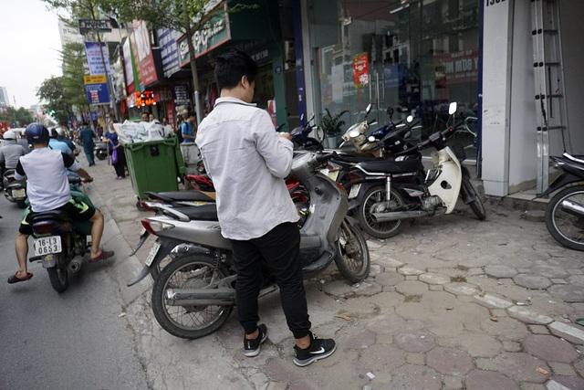 2 làn đỗ xe máy trên phố Nguyễn Lương Bằng (quận Đống Đa).