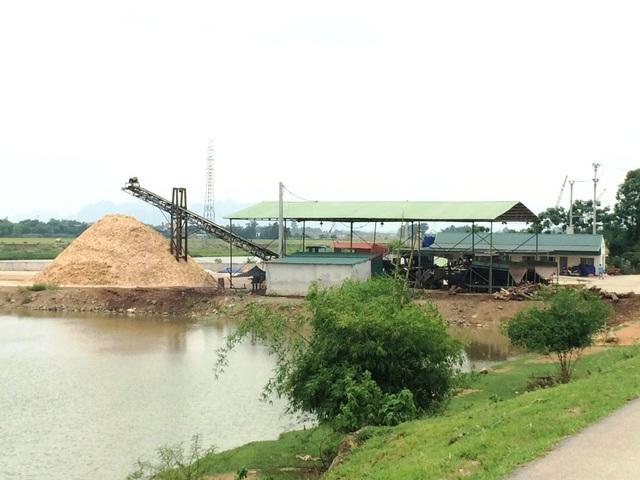 Trạm chế biến gỗ dăm ngay sát sông, bên chân đê tả sông Hoàng Long tại xã Gia Phú tồn tại nhiều năm nay.