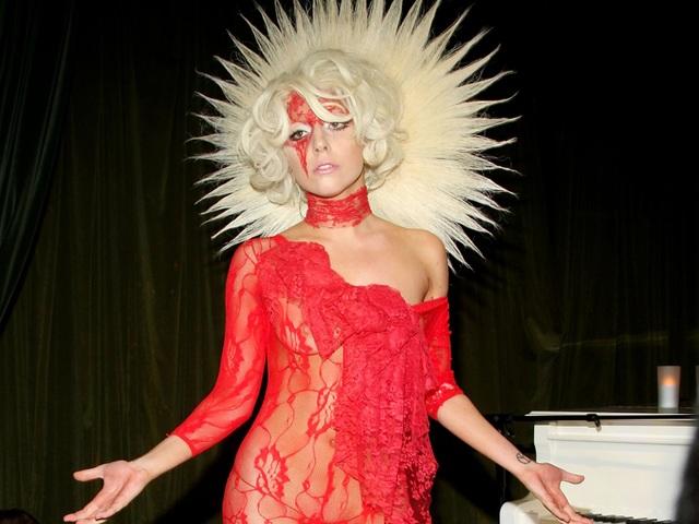 """Lady Gaga có lẽ là nữ ca sĩ dễ tính hàng đầu trong khoản ăn uống, bởi cô chỉ yêu cầu trong phòng thay đồ của mình một chú gà quay nguyên con, đi kèm pho-mát """"miễn đừng nặng mùi hoặc ướt nhẹp""""."""