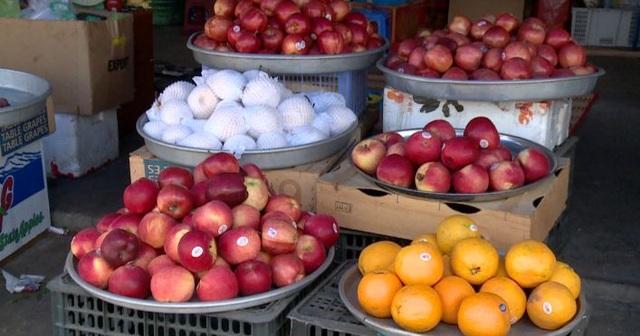 Trái cây bán ngoài chợ đều có dán tem nhập khẩu xuất xứ từ Mỹ, Úc... trong khi lượng lớn trái cây Trung Quốc nhập khẩu không biết... đi đâu