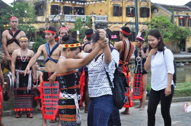 """Du khách thích thú với điệu nhảy """"Tung tung ya yá"""" cùng đồng bào Cơtu - 4"""