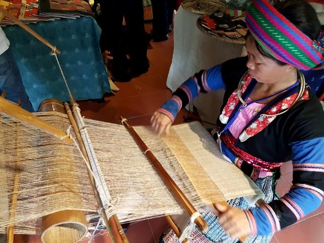 Trình diễn kỹ thuật dệt của làng dệt thổ cẩm đến từ Hà Giang