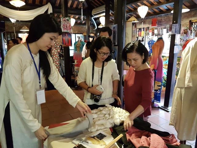 Du khách tham quan và mua sắm tại festival lụa