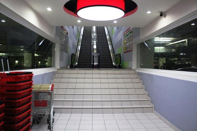 Biển chỉ dẫn và cầu thang cho hành khách đi từ tầng hầm 2 lên siêu thị nằm dưới mặt đất này.