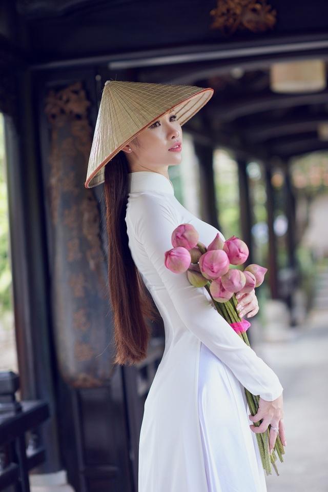 Người đẹp Hoa hậu Hoàn vũ Thanh Trang khoe vẻ mềm mại, tinh khôi với áo dài - 5