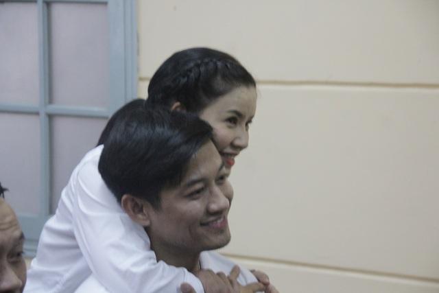 Nghệ sỹ Ngọc Trinh vui vẻ cùng diễn viên Quý Bình trước phiên tòa.