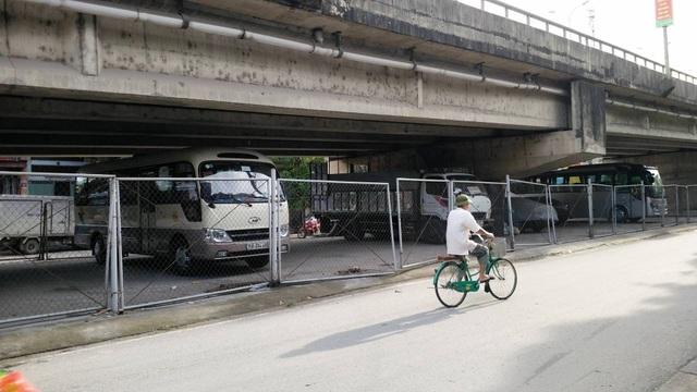 """Ninh Bình: Gầm cầu vượt bị """"xẻ thịt"""" biến thành bãi đỗ xe ô tô - 6"""