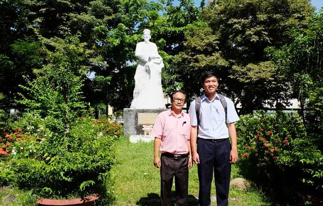 Minh Huy và thầy chủ nhiệm Nguyễn Quốc Khánh.
