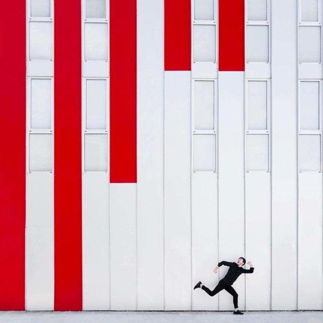 Bức ảnh trông giống như những cây cột màu đỏ sắp rơi sập xuống. Chiêm ngưỡng những tác phẩm chụp chân dung phối cảnh với họa tiết sẵn có