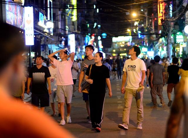 Tôi từ Gia Lai xuống Sài Gòn, được bạn dẫn đi tham quan phố Bùi Viện, trúng ngay ngày đầu tiên cấm xe nên thấy rất thích, tôi có thể đi dạo ngắm phố mà không sợ bị xe đụng. Chị Hà (quê Gia Lai) cho biết.