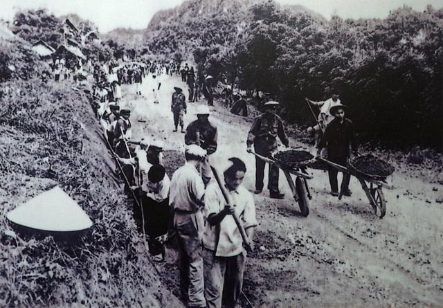 Công nhân Việt Nam cùng bộ đội và nhân dân Lào thi công đoạn đường Mương Liệt từ Na Mèo (Thanh Hóa - Việt Nam) đi Sầm Nưa (Lào) năm 1963.