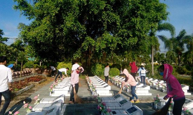 Hội viên Hội LHTN Việt Nam tỉnh Bến Tre dọn dẹp Nghĩa trang liệt sĩ