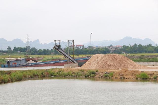 Các bãi cát lậu bên sông Hoàng Long đều đã bị dẹp bỏ, tuy nhiên xưởng chế biến dăm gỗ không hiểu lý do vì sao vẫn ngang nhiên hoạt động mà không bị xử lý.