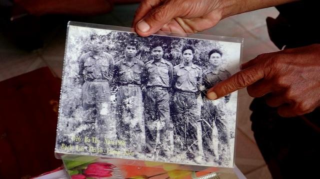 Ông Thành phân tích điểm khác nhau giữa quân trang của tiểu đoàn 16 trong tấm hình mà những người còn sống chụp kỷ niệm ngay sau trận đánh vào sân bay