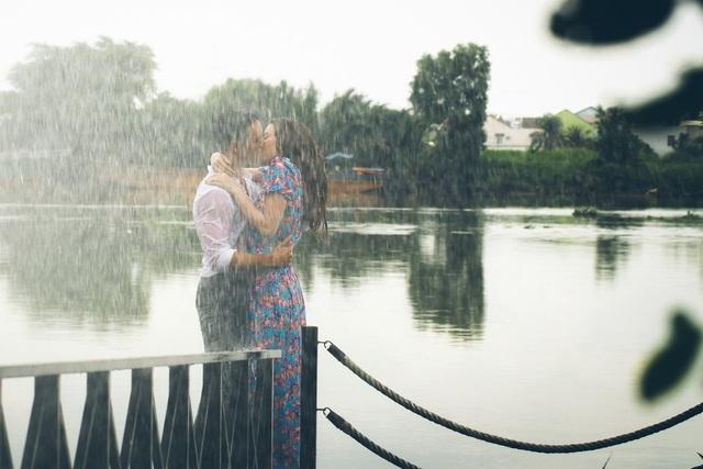 Đặc biệt là với hàng loạt nụ hôn nóng bỏng cả hai dành cho nhau. Ấn tượng hơn cả là cảnh Kim Lý và Hồ Ngọc Hà hôn nhau say đắm dưới mưa.