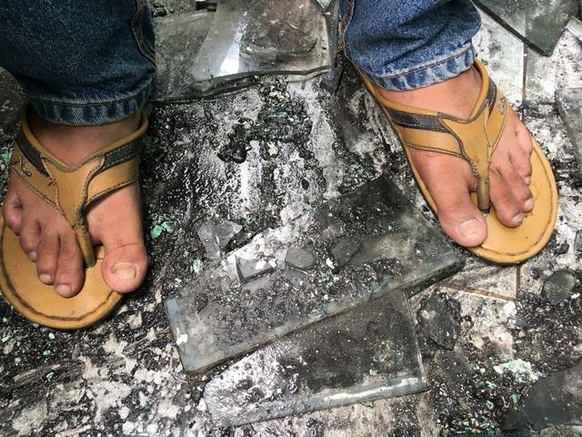 """Vụ cháy công ty nhựa ở TPHCM: Hàng chục hộ dân phải """"màn trời chiếu đất"""" - 6"""