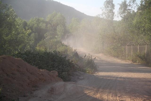 Bụi bay mịt mù mỗi khi xe tải chở đất chạy