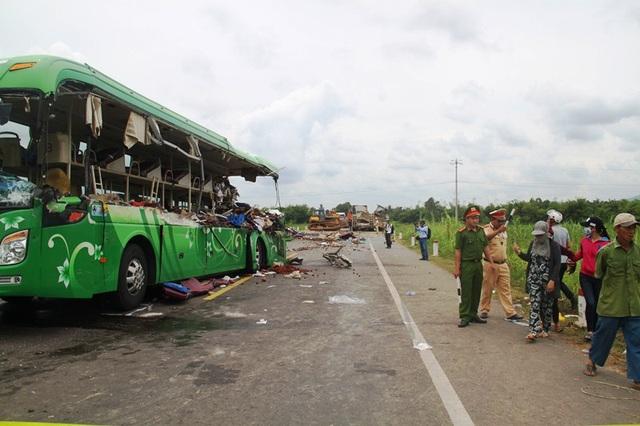 Hiện trường vụ tai nạn giao thông thảm khốc ở Bình Định khiến 5 người chết và nhiều người bị thương