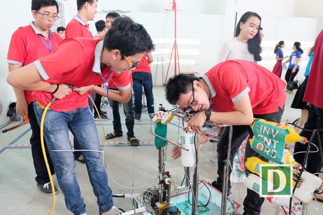 Các thí sinh kiểm tra hệ thống điều khiển, robot kỹ lưỡng trước khi ra sân thi đấu
