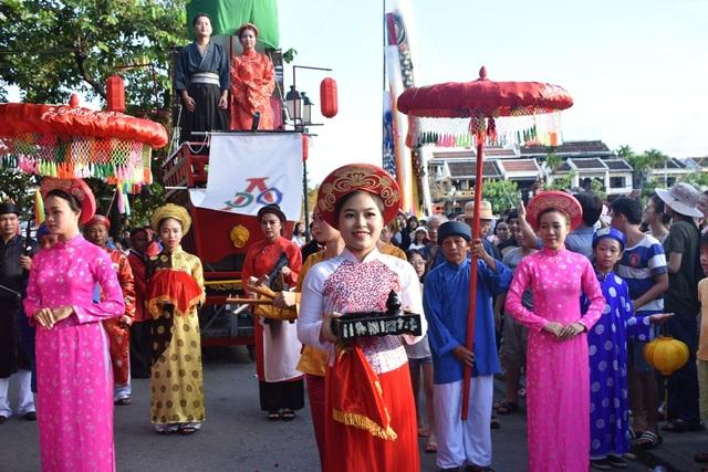 Dẫn đầu đoàn rước dâu là đội múa rồng của tỉnh Nagasaki (Nhật Bản), tiếp theo đó là hai hàng nam thanh nữ tú, nam mặc y phục truyền thống Nhật Bản, nữ mặc y phục truyền thống người Việt