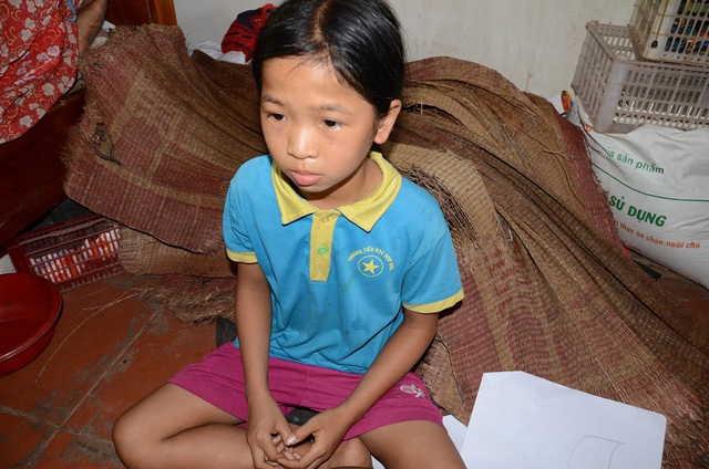 Đứa lớn học hết lớp 9 thì phải bỏ để chăm sóc mẹ, bé Hòa đang học lớp 5 có lẽ cũng phải nghỉ học để trông em!