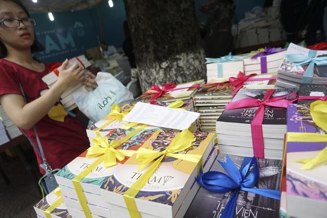 Các bộ sách được bán kèm tại một gian trưng bày đang được giảm giá đến 40%.