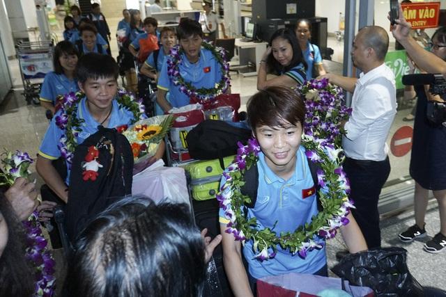 Hàng trăm người chào đón đội tuyển nữ Việt Nam chiến thắng trở về - 6