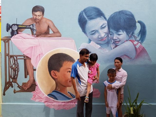 Một gia đình nguyên mẫu được vẽ lên tường ở làng bích họa