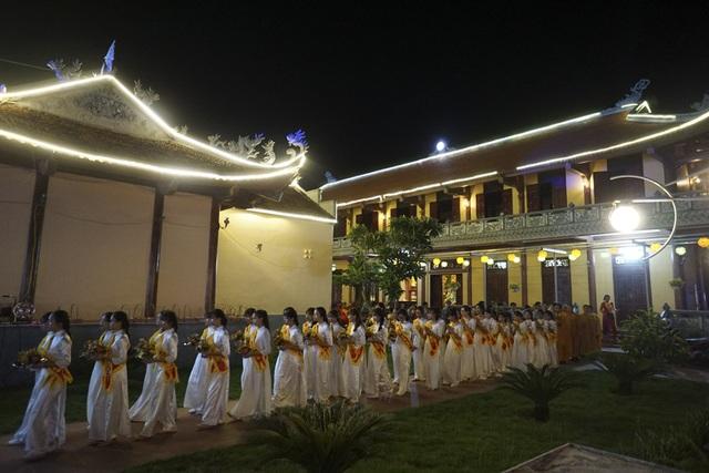 19h30, buổi lễ bắt đầu trong không khí trang nghiêm. Theo truyền thống Phật Giáo, Vu Lan là đại lễ quan trọng trong năm để báo hiếu cha mẹ, ông bà, tổ tiên.
