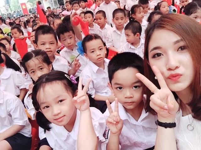 Ảnh chụp selfie của cô giáo xinh đẹp cùng các em học sinh.
