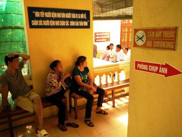 Biển chỉ dẫn lên phòng chụp ảnh dán khắp nơi trong Trung tâm Y tế thành phố Ninh Bình