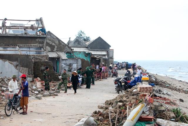 Bão tan, người dân từ nơi sơ tán trú bão trở về nhà cũng là lúc các chiến sĩ thuộc đồn Biên phòng Thiên Cầm (Bộ chỉ huy Bộ đội Biên phòng Hà Tĩnh) về các thôn, xã giúp người dân khắc phục hậu quả.