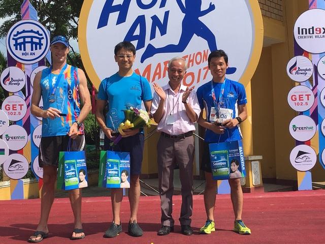 Sota Hara (thứ hai từ trái qua) và 2 VĐV khác nhận giải ở nội dung 42km dành chon nam
