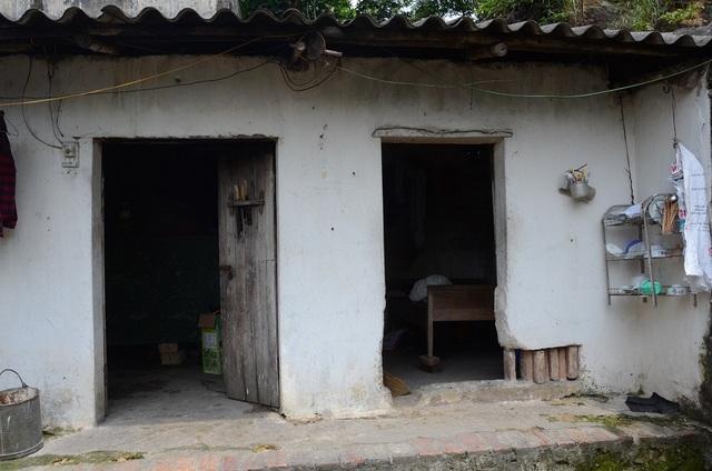 Gian bếp mục nát có thể đổ sập bất cứ khi nào, lại là nơi cả nhà bà Thuận tá túc mỗi khi Hiền lên cơn đuổi đánh cả nhà