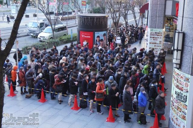Được biết đã có hơn 800 người tham gia xếp hàng trong buổi sáng ngày mở bán.